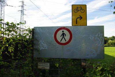 Gesperrter Radweg an der Eisenbahnbrücke